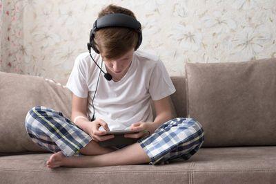 Что делать если ребенок все время сидит телефоне?